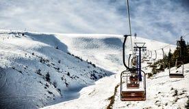 Bergelevatorn för skidåkare och snowboarders royaltyfri bild