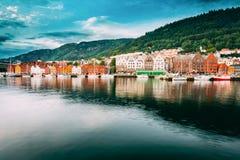 bergen Норвегия Взгляд исторических домов зданий в Bryggen - Hanseatic причале в Бергене, Норвегии Стоковое Фото