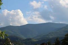 Bergen av Carpathiansna är inte så höga utan mycket majestätiska, och vatten är liv i dessa berg arkivbild