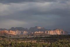 Bergen av Zion National Park med den spridd solen och skugga i sydliga Utah Arkivfoton