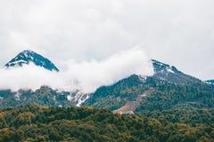 Bergen in bewolkt weer Stock Afbeeldingen