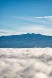 Bergen boven wolken royalty-vrije stock foto's