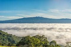 Bergen boven wolken royalty-vrije stock foto