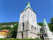 Bergen Cathedral, overweldigende middeleeuwse steenkerk tegen de levendige blauwe duidelijke hemel Stock Fotografie