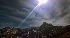 Bergen in Colorado Prachtig aangestoken door de zon met wolken royalty-vrije stock afbeeldingen