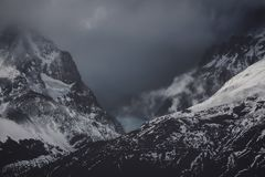 Bergen in de donkere wolken royalty-vrije stock foto