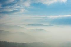 Bergen in de mist Stock Foto's