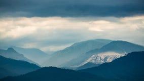 Bergen in de wolken op de kust van Meer Baikal royalty-vrije stock fotografie