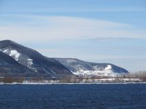 Bergen dichtbij de rivier Vroeg November Stock Fotografie