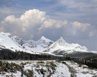 Bergen dichtbij het Icefield-Brede rijweg met mooi aangelegd landschap op Mooie Bewolkte Dag Stock Afbeelding