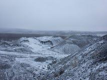 Bergen die door sneeuw worden behandeld royalty-vrije stock foto's