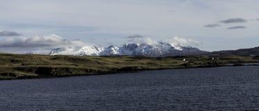 Bergen die een koud meer in de Schotse Hooglanden overzien stock foto's