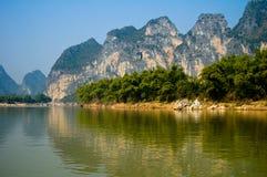Bergen die meer overdenken Royalty-vrije Stock Foto