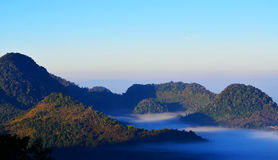Bergen die met mist worden behandeld Stock Afbeelding
