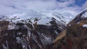 Bergen die met sneeuw worden behandeld De bergen van de Kaukasus stock videobeelden
