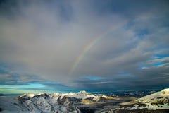 Bergen die met sneeuw worden behandeld en die door wolken worden omringd stock foto's