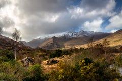 Bergen die met sneeuw worden behandeld royalty-vrije stock fotografie