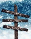 Bergen die teken roepen onder nacht blauwe sneeuwhemel Royalty-vrije Stock Foto's