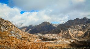 Bergen die vallei overzien bij Nathang-vallei Royalty-vrije Stock Afbeeldingen