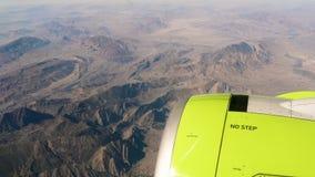 Bergen door venster van vliegtuigen stock video