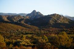 Bergen, duidelijke hemel en bergenachtergrond Horizontale mening royalty-vrije stock fotografie
