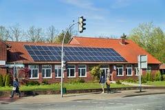 Bergen, Duitsland - April 30, 2017: Zonne-energiepaneel op een huisdak op de blauwe hemelachtergrond Stock Foto