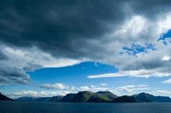 Bergen in een fjord Stock Fotografie