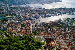Bergen is een stad en een gemeente in Hordaland op de westkust van Noorwegen Bergen is de second-largest stad in Noorwegen stock afbeeldingen