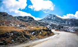 Bergen en Blauwe Hemel Royalty-vrije Stock Afbeelding