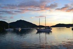 Bergen en boten op het overzees royalty-vrije stock afbeeldingen