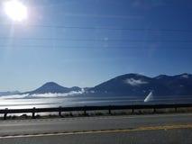 bergen en de oceaan stock fotografie