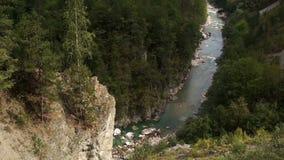Bergen en de stroom van een kleine rivier, Montenegro stock footage