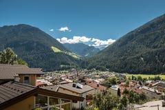 Bergen en dorp stock foto's