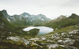 Bergen en eilanden van Lofoten van de meer de luchtmening Royalty-vrije Stock Fotografie