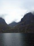 Bergen en Fjorden in Noorwegen met Lage Wolken Stock Foto