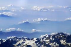 Bergen en hemel met wolken Stock Afbeelding