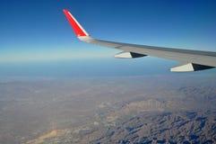 Bergen en hemel zoals die door venster van een vliegtuig wordt gezien De klassieke wind van het beeldvliegtuig Royalty-vrije Stock Afbeeldingen