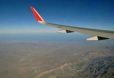 Bergen en hemel zoals die door venster van een vliegtuig wordt gezien De klassieke wind van het beeldvliegtuig Royalty-vrije Stock Afbeelding