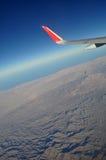 Bergen en hemel zoals die door venster van een vliegtuig wordt gezien De klassieke wind van het beeldvliegtuig Stock Afbeelding