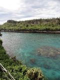 Bergen en kleine baai stock foto's