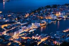Bergen en la noche imagen de archivo