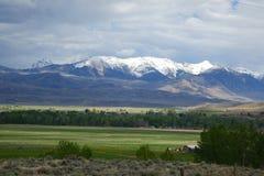 Bergen en landbouwbedrijven - Challis, Idaho stock fotografie
