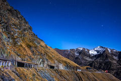Bergen en lege weg bij nacht Stock Foto's