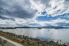 Bergen en meer bij puerto natales Royalty-vrije Stock Foto