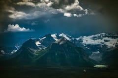Bergen en Meer Louise, het Nationale Park van Banff Royalty-vrije Stock Foto's