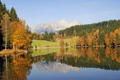 Bergen en meer in Schwarzsee - Kitzbuhel Austr Stock Foto