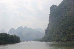 Bergen en mist langs Li-rivier Stock Foto's