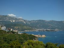 Bergen en overzeese kust dichtbij Budva, Montenegro stock afbeelding