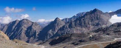 Bergen en piekenlandschap Stubaier Gletscher met gletsjers en sneeuw, natuurlijk milieu wordt behandeld dat Royalty-vrije Stock Foto