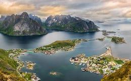 Bergen en Reine in Lofoten-eilanden, Noorwegen stock afbeeldingen